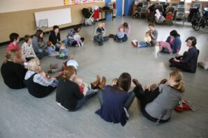 In this toddler group we sit in a circle together.